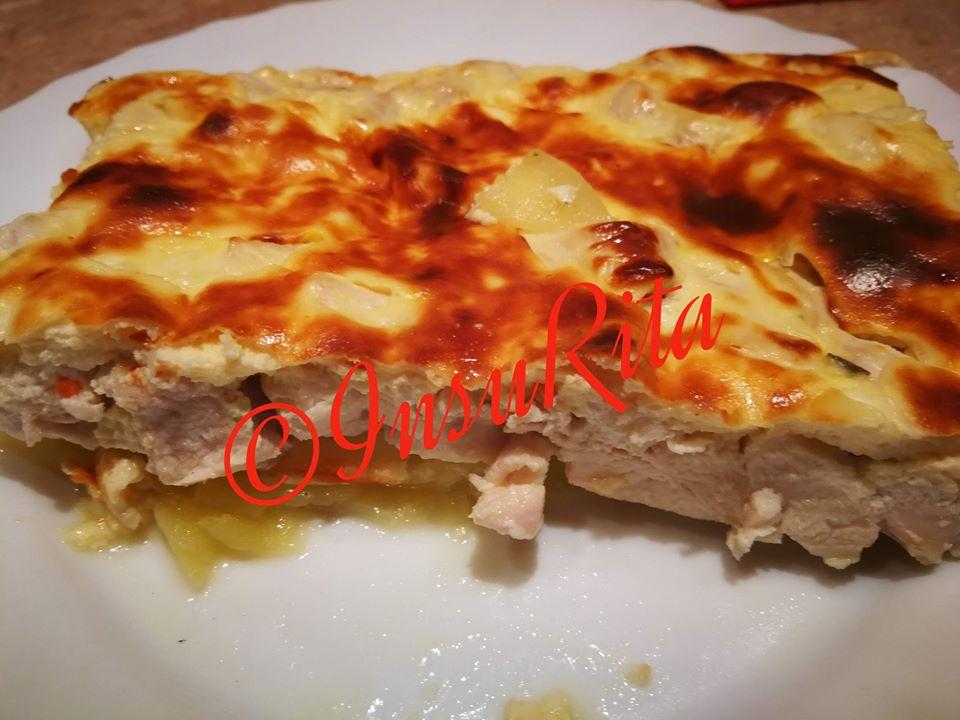 Krumpliágyon sült csirkemell sajtos, tojásos, sajtkrémes öntettel